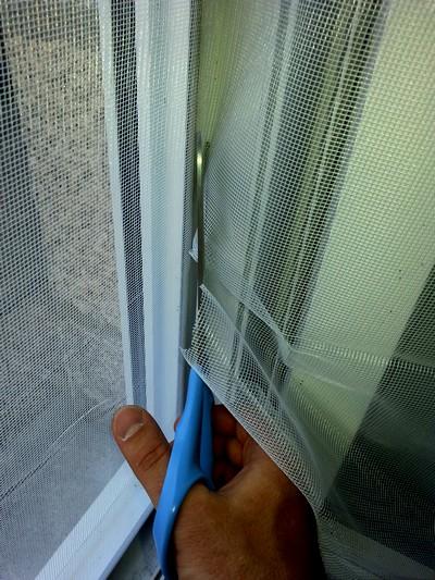 Couper le surplus de moustiquaire qui déborde